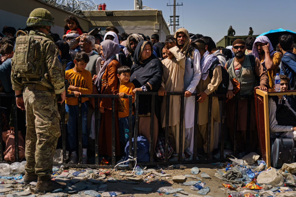 KABUL, AFGHANISTAN -- AUGUST 25, 2021: At the intake Abbey Gate, British and American security forces maintain order amongst the Afghan evacuees waiting to leave, in Kabul, Afghanistan, Wednesday, Aug. 25, 2021. (MARCUS YAM / LOS ANGELES TIMES)