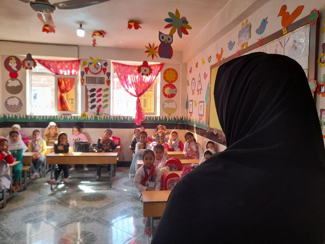 آموزگار در آخرین روز حضورش در صنف درسی مکتب.  عکاس: مریم مرسل
